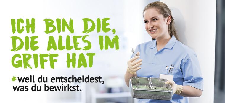 Ich bin die, die alles im Griff hat - eine junge Krankenpflegerin trägt Gummihandschuhe und hält in der rechten Hand eine Pinzette und in der rechten und einen Korb eines Sterilisators